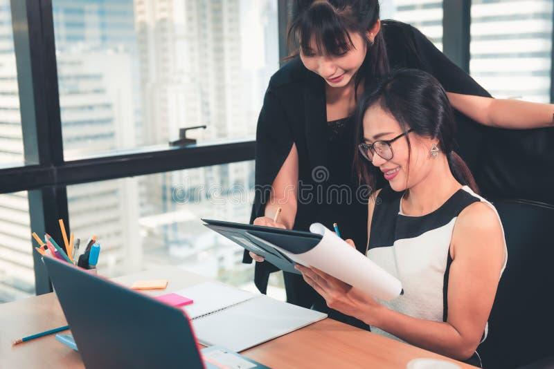 Assistant Woman秘书在办公室工作场所提供合同约定的企业施行她的经理的 ?? 免版税库存照片