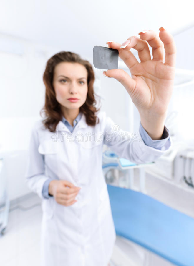Assistent des Zahnarztes überprüft das x-Strahlbild lizenzfreies stockbild