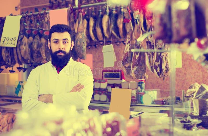 Assistent som visar slag av kött royaltyfri fotografi