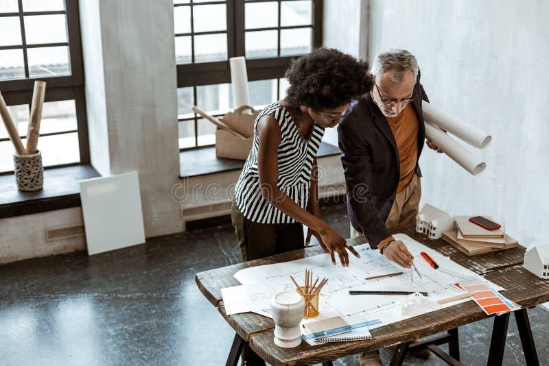 Assistente à moda afro-americano do chefe de ajuda do designer de interiores foto de stock