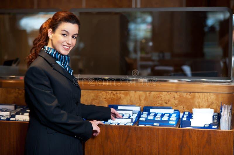 Assistente da fêmea do escritório principal foto de stock