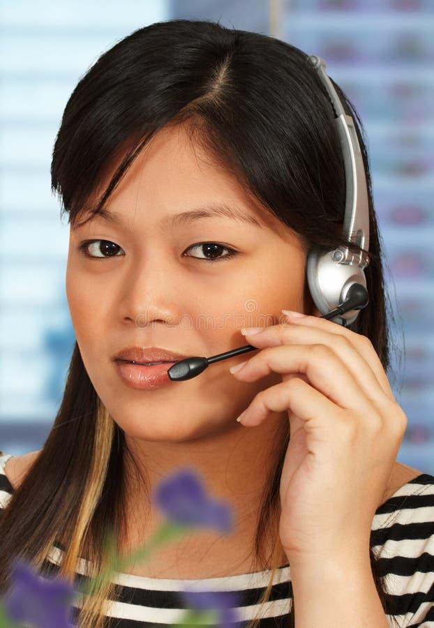 Assistente da linha de apoio a o cliente no telefone fotografia de stock