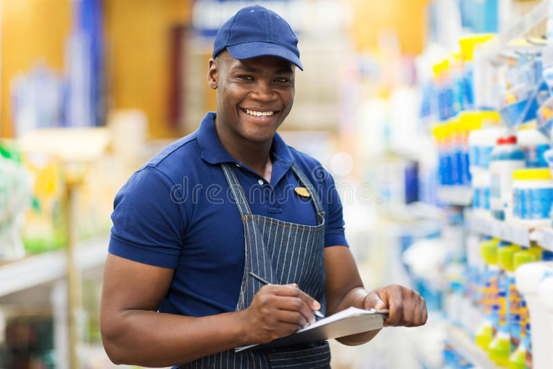 Assistente de loja africano fotografia de stock
