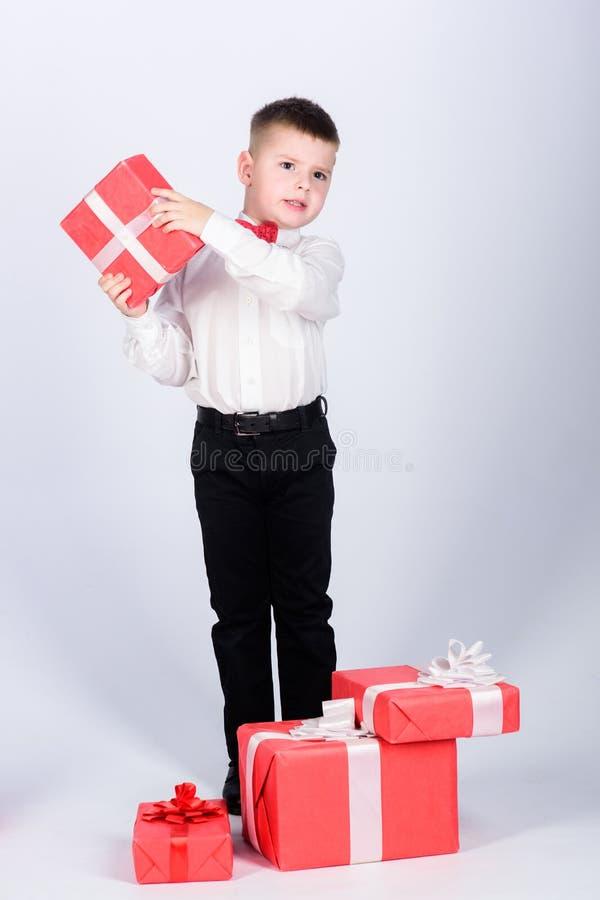 Assistente de loja alegre crian?a feliz com caixa atual Natal rapaz pequeno com o presente do dia de Valentim Festa de anos fotos de stock royalty free