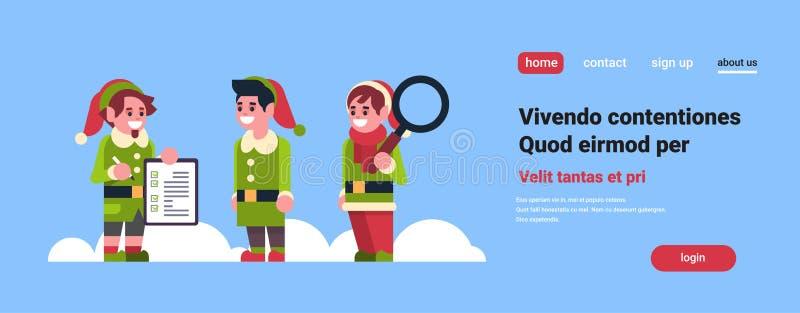 Assistente del Babbo Natale degli elfi con Buon Natale di ricerca del buon anno di vetro della lente il riuscito e della lista di royalty illustrazione gratis