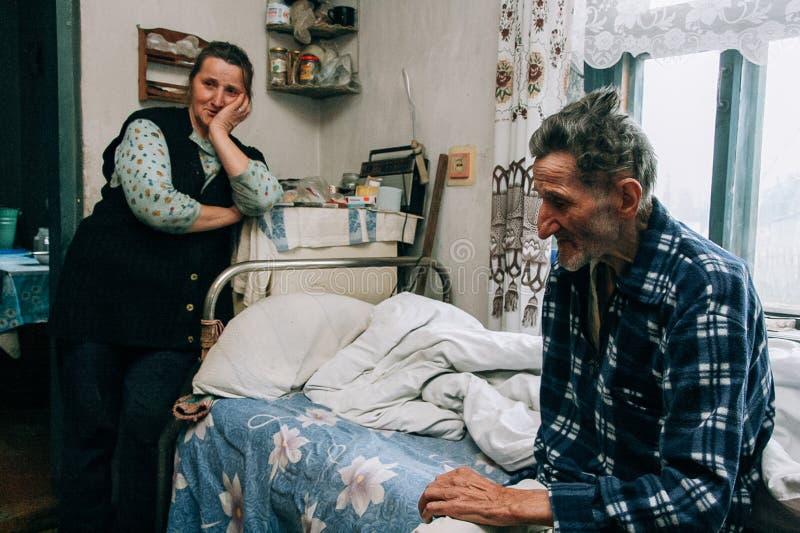 Assistente di cura della donna ed uomo senior fotografie stock libere da diritti