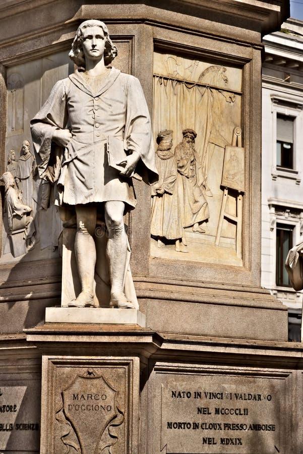 Assistente di Marco d'Oggiono a Leonardo Statua in della Scala della piazza a Milano immagini stock libere da diritti