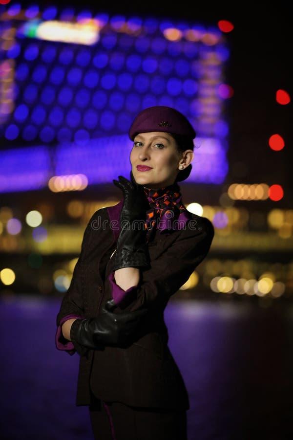 Assistente di volo della squadra della cabina di Etihad Airways nell'uniforme fotografia stock