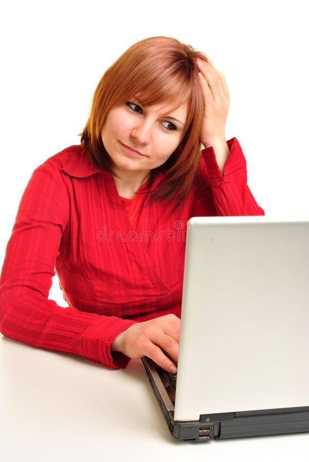 Assistente do escritório em uma blusa vermelha fotografia de stock royalty free