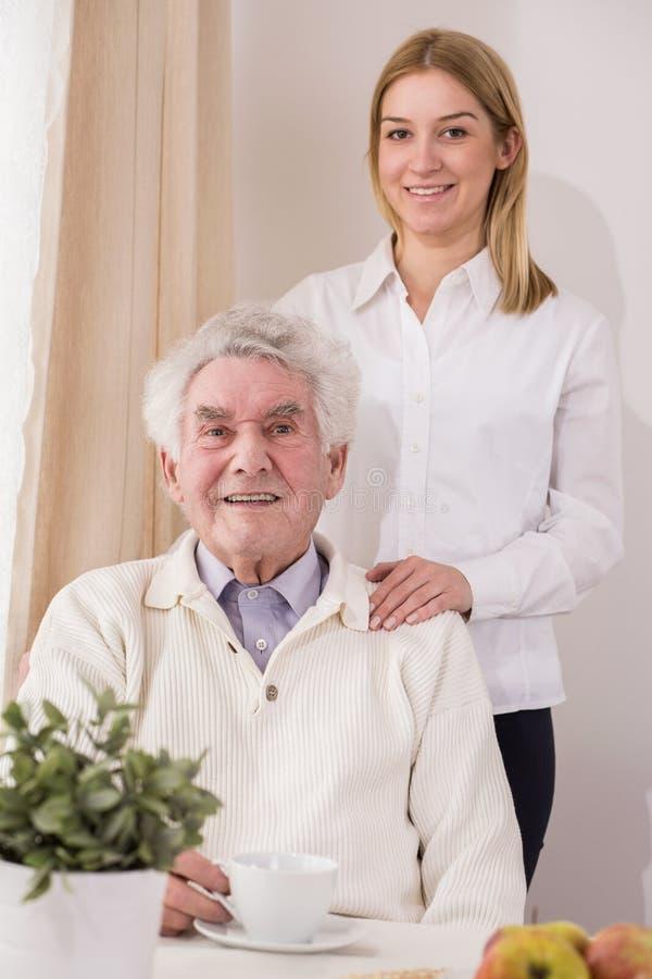 Assistente e pensionato senior di cura fotografia stock