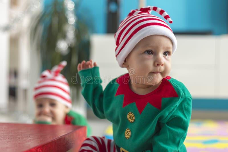 Assistente gemellato dell'elfo dei bambini di Santa fotografia stock libera da diritti