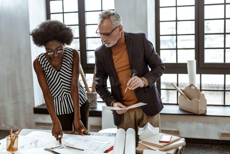 Assistente novo do designer de interiores que faz algumas perguntas fotos de stock