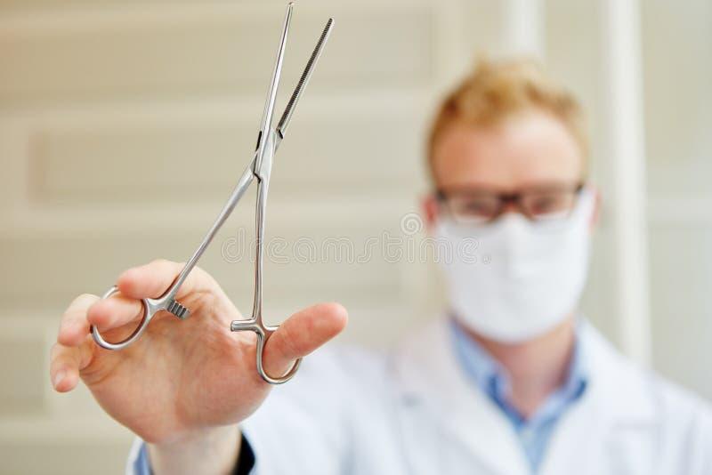 Assistente que guarda a braçadeira arterial imagens de stock