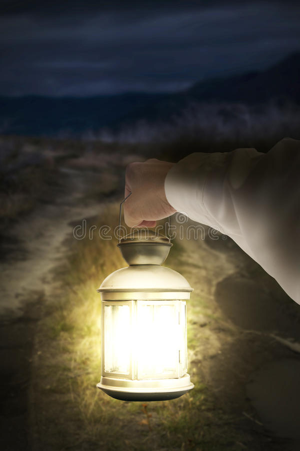 Assistente que guarda a estrada escura illuminating leve na noite imagem de stock royalty free