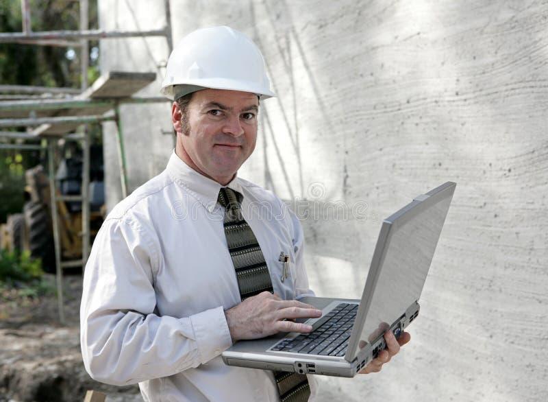 Assistente tecnico di costruzione in linea fotografia stock