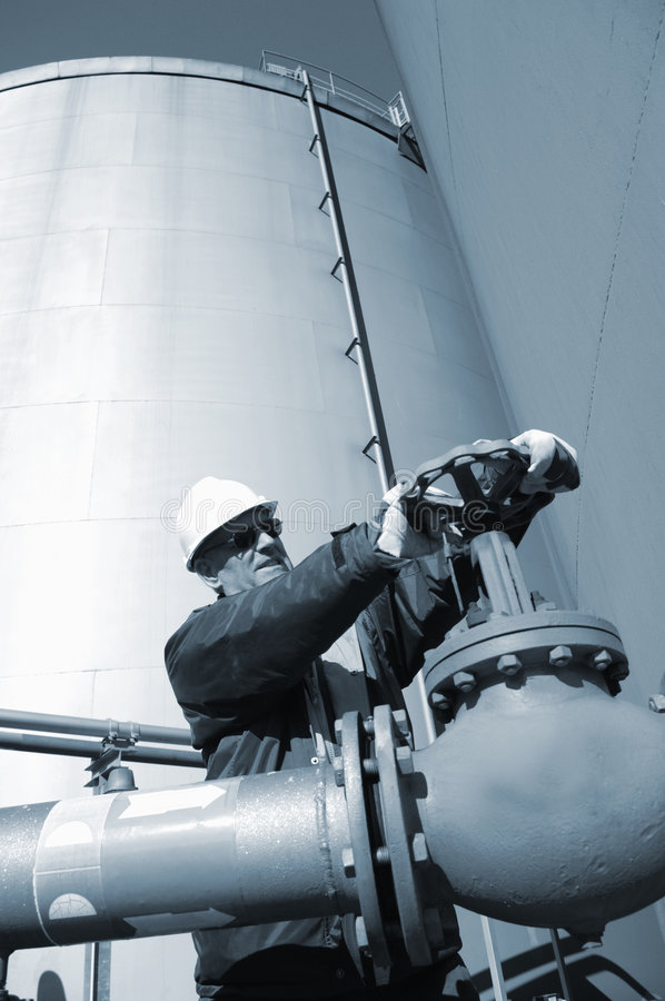 Assistente tecnico ed immagazzinamento in e conduttura il serbatoio di combustibile immagini stock