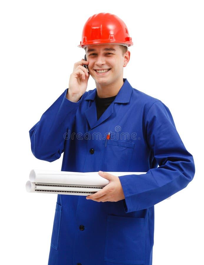 Assistente tecnico felice che comunica sul telefono fotografia stock