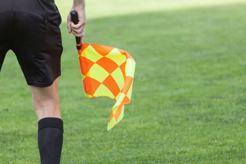 Assistenti arbitri nell'azione durante la partita di calcio fotografie stock libere da diritti