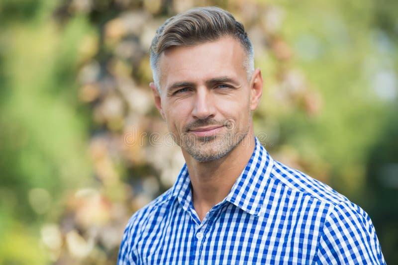 Assistenza al viso e invecchiamento Tratti e comportamenti che rendono gli uomini più attraenti Uomo maturo attraente Uomo maturo immagine stock