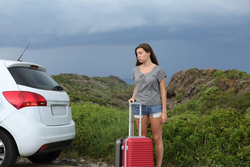Assistenza aspettante frustrata dell'autista di automobile dopo la ripartizione immagini stock libere da diritti