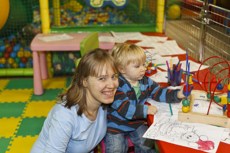 Assistenza del bambino in campo da giuoco fotografia stock