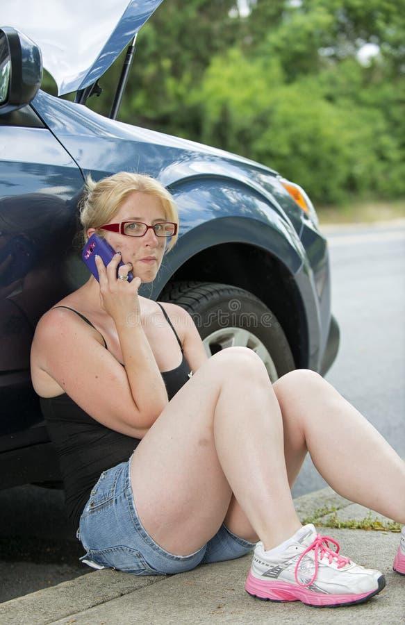 Assistenza del bordo della strada - donna che richiede l'aiuto fotografia stock libera da diritti