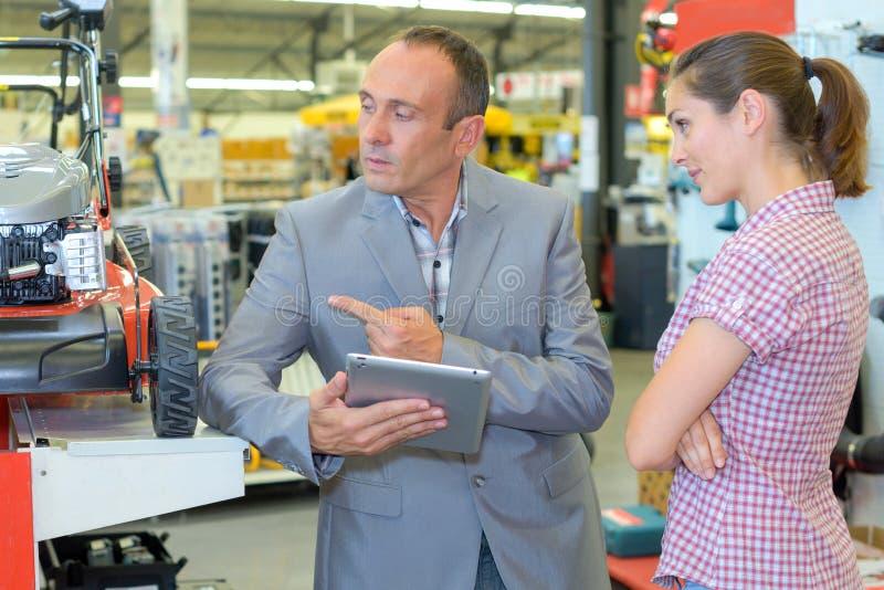 Assistenza del cliente comprare trattore fotografie stock libere da diritti