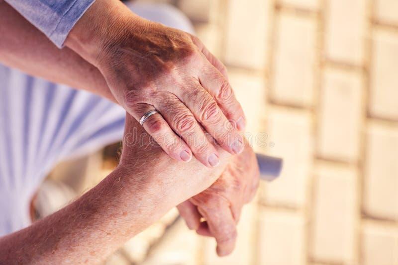Assistenza medica: Capendo e contributo alla gente più anziana fotografia stock libera da diritti