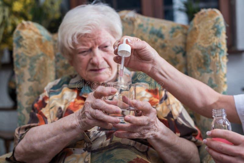 Assistenza medica domestica degli anziani immagini stock