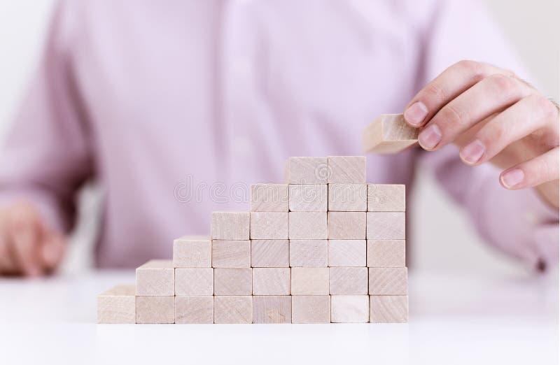 Assmebling σκάλα επιχειρηματιών στοκ φωτογραφία με δικαίωμα ελεύθερης χρήσης