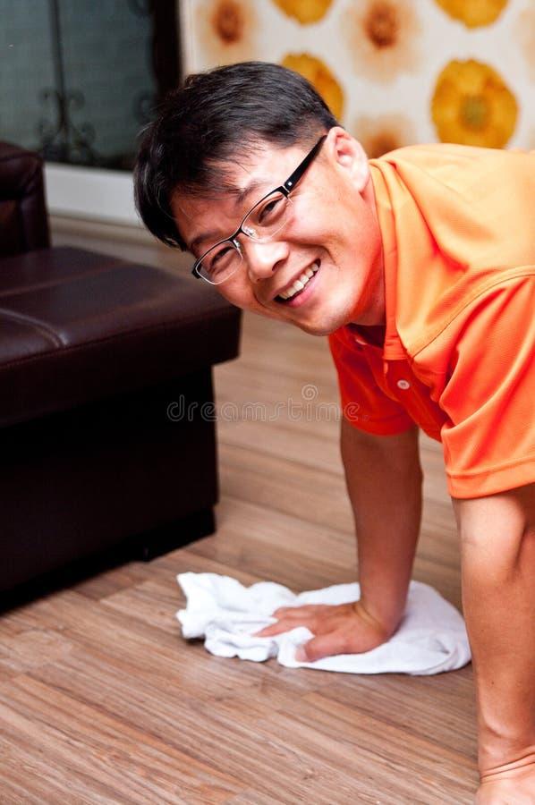 Assoalho asiático da limpeza do homem foto de stock royalty free