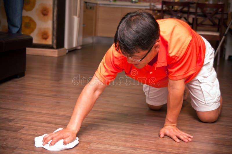 Assoalho asiático da limpeza do homem imagens de stock