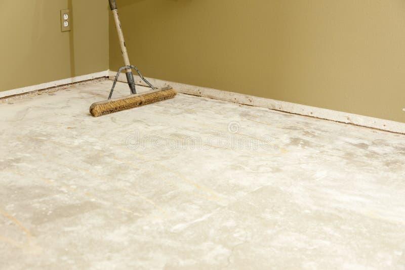 Assoalho concreto da casa com a vassoura pronta para pavimentar a instalação imagem de stock royalty free