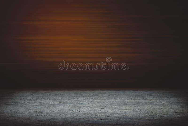 Assoalho concreto vazio com luz alaranjada foto de stock