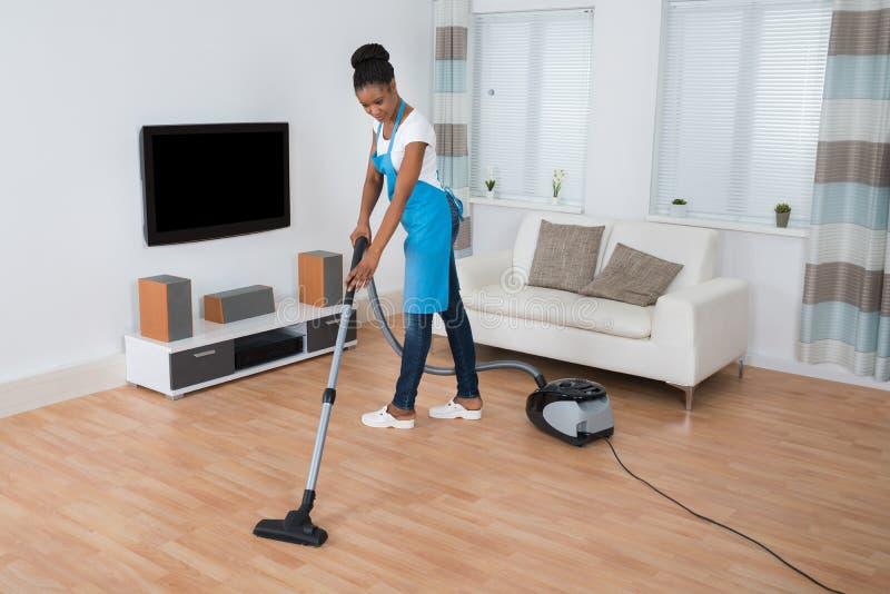 Assoalho da limpeza da mulher com aspirador de p30 fotos de stock