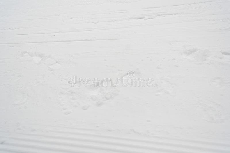 Assoalho da neve com fundo das pegadas imagem de stock royalty free