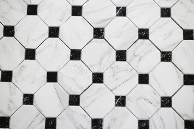 Assoalho de mármore quadriculado preto e branco imagem de stock