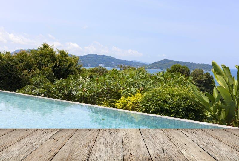 Assoalho de madeira com o MOU de negligência do mar de andaman da opinião da piscina fotos de stock