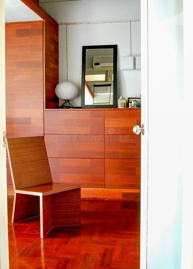 Assoalho de madeira da cadeira e da madeira decorado fotografia de stock