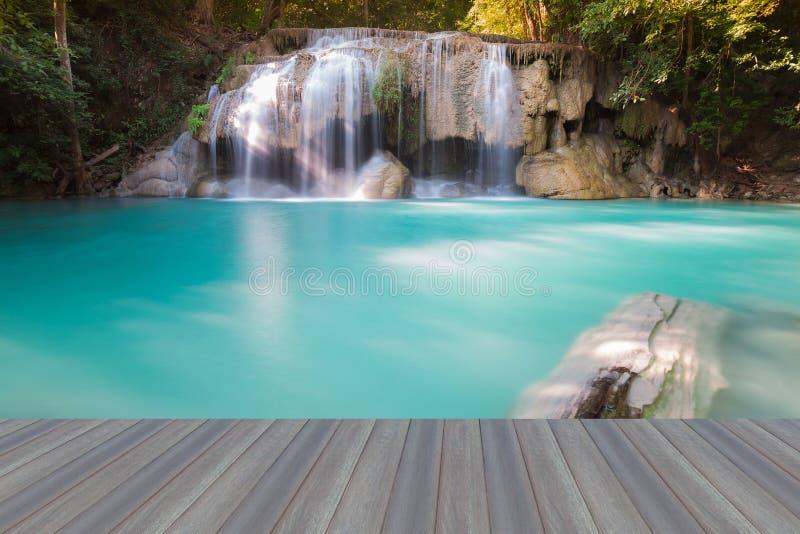 Assoalho de madeira de abertura, cachoeira bonita na floresta profunda fotografia de stock