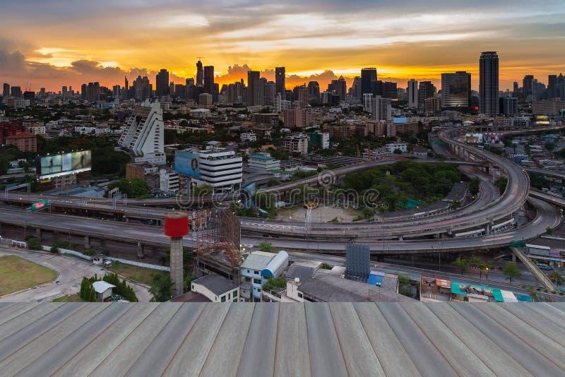Assoalho de madeira de Opeing da skyline de Banguecoque com interseção da passagem superior da estrada imagem de stock royalty free