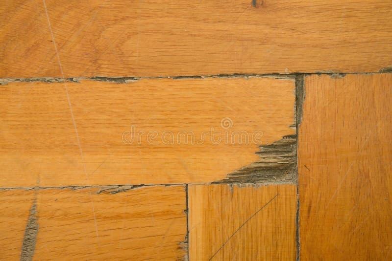 Assoalho de madeira gastado do salão de esportes O revestimento de madeira claro worned no uso e o tempo imagem de stock royalty free