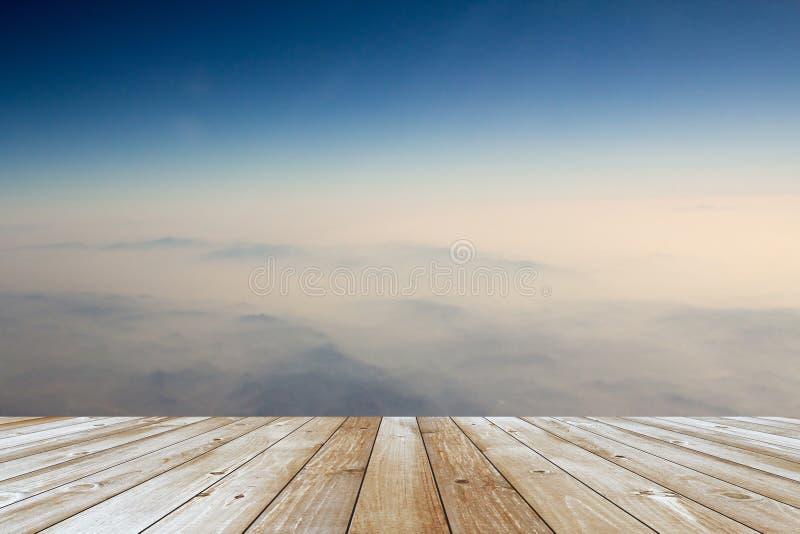 Assoalho de madeira que está vazio sobre uma montanha imagens de stock royalty free