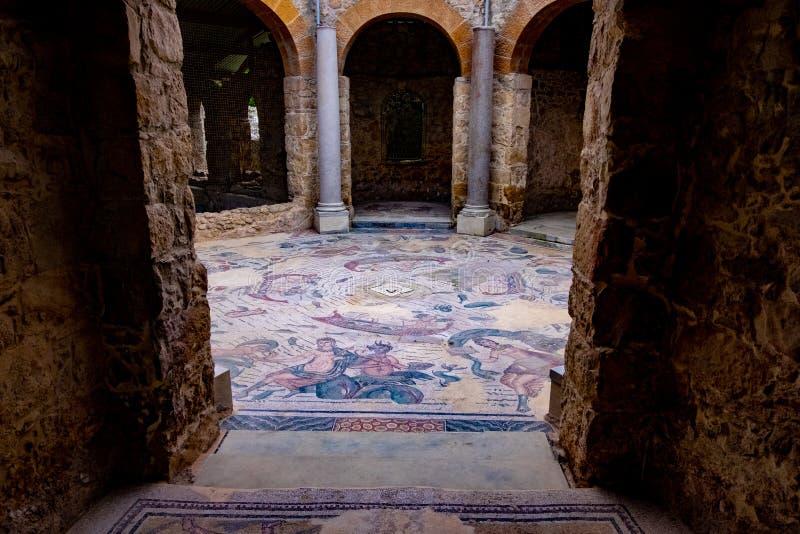 Assoalho de mosaico na casa de campo Romana em Sicília fotografia de stock