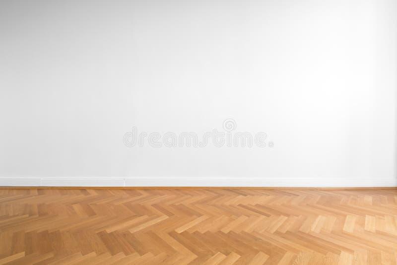 Assoalho de parquet de madeira e fundo branco da parede - sala vazia, ne fotos de stock