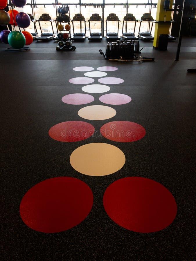 Assoalho de um gym em um clube de esporte novo imagens de stock