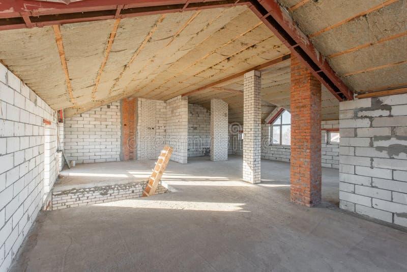 Assoalho do sótão da casa revisão e reconstrução Processo de trabalho de aquecimento dentro da peça do telhado casa ou foto de stock