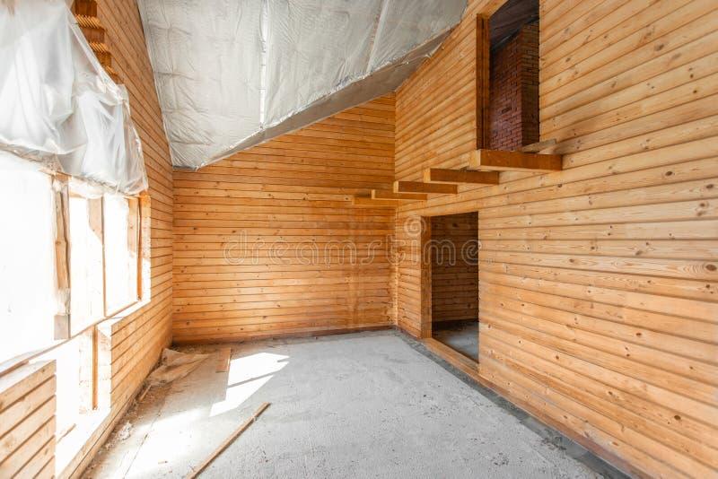 Assoalho do s?t?o da casa revis?o e reconstru??o Processo de trabalho de aquecimento dentro da pe?a do telhado casa ou imagem de stock