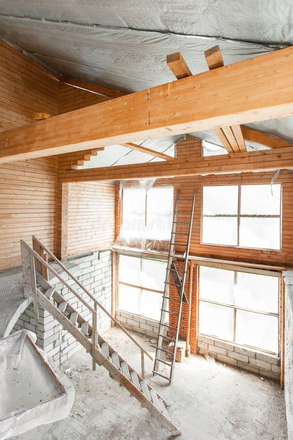 Assoalho do s?t?o da casa revis?o e reconstru??o Processo de trabalho de aquecimento dentro da pe?a do telhado casa ou foto de stock
