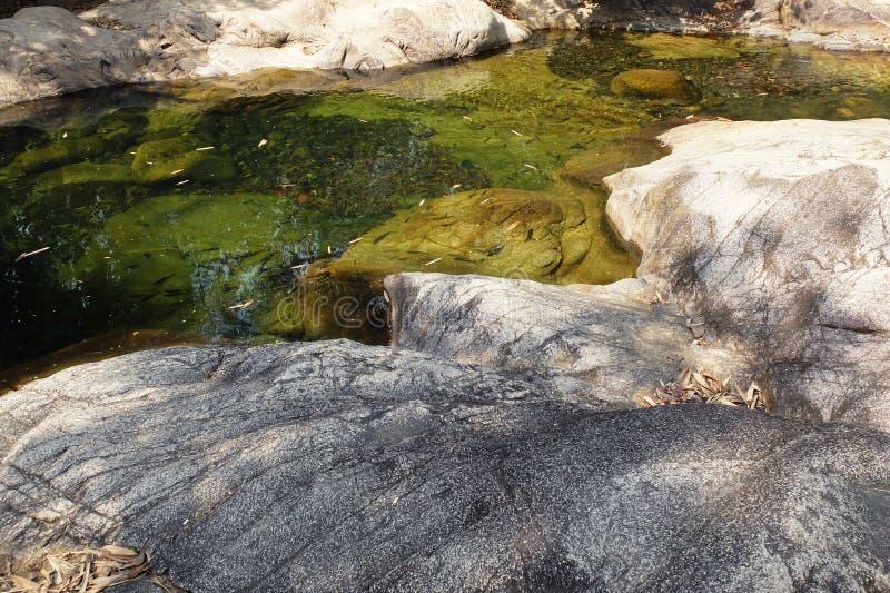 Assoalho e cachoeira da rocha imagens de stock